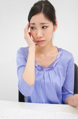 人間関係で悩む女性のイメージ