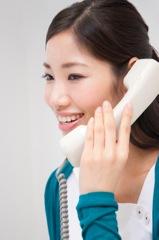 笑顔で電話する女性イメージ