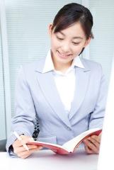 勉強する女性のイメージ