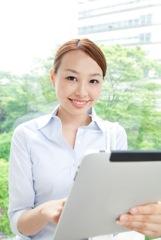 タブレットパソコンを使う女性