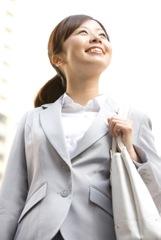 転職活動をする女性のイメージ